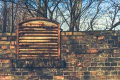 Vecchio muro di mattoni in una zona industriale fotografia stock