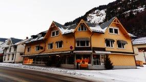 Vecchio negozio di vestiti di legno giallo della costruzione Fotografia Stock
