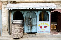 Vecchio negozio a Kathmandu Nepal fotografia stock libera da diritti