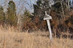 Vecchio nessun violare impedisce di entrare il segno su una posta irregolare Immagine Stock