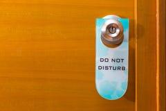 Vecchio non disturbi l'etichetta del segno che haning sulla manopola di porta del metallo, il concetto o immagini stock libere da diritti
