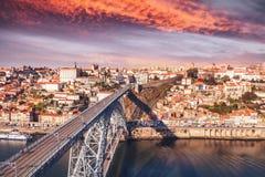 Vecchio orizzonte della città di Oporto, Portogallo al tramonto, bello paesaggio urbano Fotografia Stock Libera da Diritti