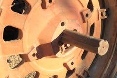 Vecchio orlo della gomma del trattore rosso ed arrugginito, metallo pesante Fotografia Stock Libera da Diritti