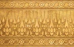 Vecchio oro di piastra metallica con la scultura tradizionale tailandese Fotografia Stock Libera da Diritti