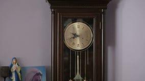 Vecchio orologio antico con la statuetta di vergine Maria archivi video