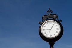 Vecchio orologio con i numeri romani all'aperto Fotografia Stock