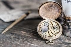 Vecchio orologio con le ruote di ingranaggio immagine stock