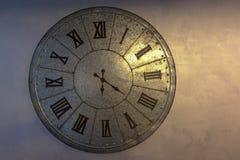 Vecchio orologio d'ottone e tempo fotografia stock