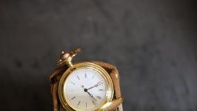 Vecchio orologio da tasca d'annata archivi video