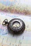Vecchio orologio da tasca sulla mappa Immagine Stock