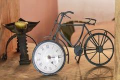 Vecchio orologio della bicicletta del ferro fotografia stock libera da diritti