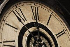Vecchio orologio di prima generazione presto per direzione mezzanotte immagini stock libere da diritti