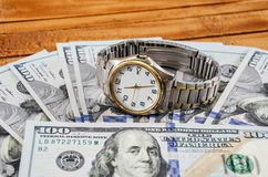 Vecchio, orologio e dollari sulla tavola fotografia stock libera da diritti
