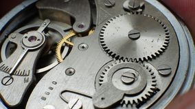 Vecchio orologio meccanico del movimento a orologeria stock footage