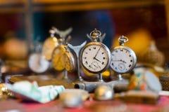 Vecchio orologio nel negozio di ciarpame Fotografia Stock