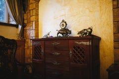 Vecchio orologio nell'interno dell'annata Fotografia Stock