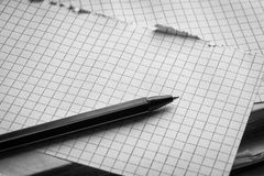 Vecchio orologio, pagine di carta in una gabbia, una penna su un libro saggio Concetto di formazione Immagine Stock