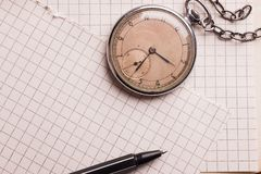 Vecchio orologio, pagine di carta, una penna su un libro saggio Concetto di formazione Fotografie Stock