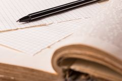 Vecchio orologio, pagine di carta, una penna su un libro saggio Concetto di formazione Immagine Stock Libera da Diritti