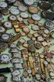 Vecchio orologio sovietico che si trova sul contatore al mercato degli oggetti d'antiquariato Fotografia Stock