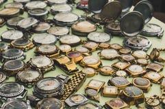 Vecchio orologio sovietico che si trova sul contatore al mercato degli oggetti d'antiquariato Fotografia Stock Libera da Diritti