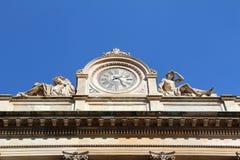 Vecchio orologio su una costruzione a Milano, Italia Immagini Stock