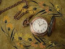 Vecchio orologio sull'annata Fotografie Stock Libere da Diritti