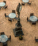 Vecchio orologio in un quadrato del caffè con pavimentazione Fotografie Stock