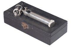 Vecchio otoscopio isolato su una scatola nera Fotografie Stock