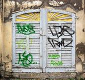 Vecchio otturatore chiuso spalmato della finestra immagine stock libera da diritti