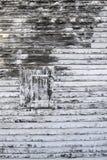 Vecchio otturatore di legno con la pelatura della pittura immagini stock
