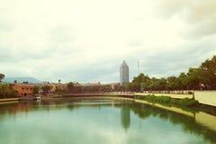 Vecchio paesaggio urbano da un fiume Fotografia Stock Libera da Diritti