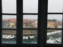 vecchio paesino di pescatori attraverso la finestra Immagine Stock