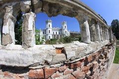 Vecchio palazzo con le torri immagine stock