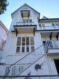 Vecchio palazzo del pavimento bianco dell'albero fotografia stock