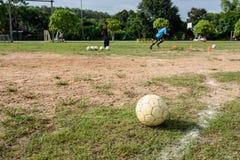 Vecchio pallone da calcio bianco fotografia stock libera da diritti