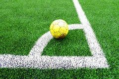 Vecchio pallone da calcio giallo immagine stock libera da diritti