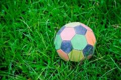 Vecchio pallone da calcio variopinto in file. Fotografia Stock Libera da Diritti
