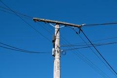 Vecchio palo di legno di potere o del telefono Fotografia Stock