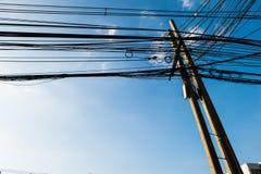 Vecchio palo di telegrafo e cavi sudici con cielo blu Immagine Stock Libera da Diritti