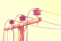 Vecchio palo elettrico, che è stato usato a lungo Fotografie Stock