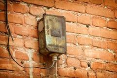 Vecchio pannello elettrico sulla parete di costruzione Fotografie Stock