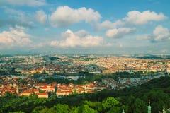 Vecchio panorama della città di Praga immagine stock