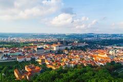 Vecchio panorama della città di Praga immagini stock libere da diritti