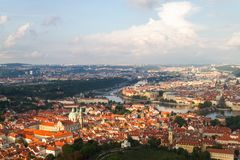 Vecchio panorama della città di Praga immagini stock