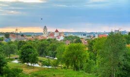 Vecchio panorama della città di Vilnius Immagini Stock