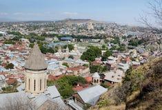 Vecchio panorama di Tbilisi con la cima della chiesa di Betlemme del san, Georgia Immagine Stock