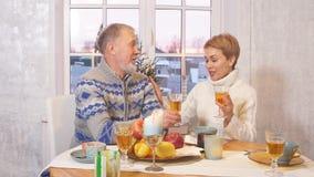 Vecchio papà e sua la figlia favorita che si siedono alla tavola di festa stock footage