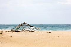 Vecchio parasole su una spiaggia Immagini Stock Libere da Diritti