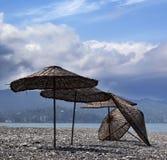 Vecchio parasole sulla spiaggia abbandonata Immagini Stock Libere da Diritti